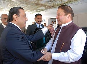 Asif Zardari y Nawaz Sharif se saludan durante una reunión en Islamabad. (Foto: EFE)