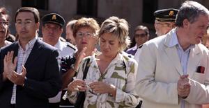 La alcaldesa de Villamayor en pirmer plano durante la concentración frente a la Junta en Salamanca en repulsa por el asesinato de la joven de 18 años. (Foto: ENRIQUE CARRASCAL)