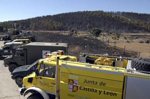 Equipo de la unidad militar de emergencias en el centro de control avanzado ubicado junto a la carretera nacional A-1. (Foto: EFE)