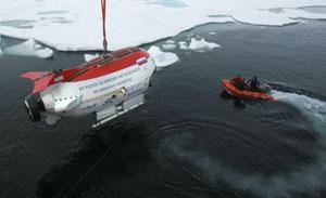El batiscafo 'Mir-1' antes de sumergirse en las aguas. (Foto: AP)