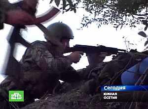 Un soldado dispara hacia la capital, en una imagen ofrecida por la televisión local. (Foto: AFP)