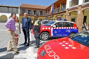 Francisco Granados, con la alcaldesa de Pinto, Miriam Rabaneda, y un agente. (Foto: C.MADRID)