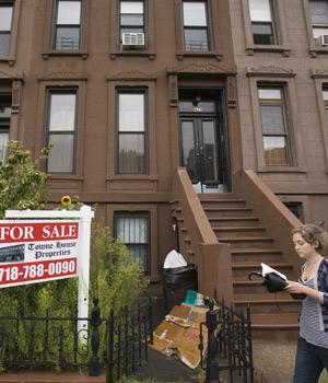 Cartel de 'Se vende' delante de una casa en el barrio de Brooklyn (Nueva York), en agosto de 2007. (Foto: AFP)Vídeo: La crisis, en sus horas más bajas