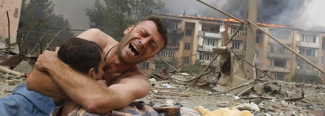 Un hombre llora a uno de los muertos en Gori. (Foto: Gleb Garanich/REUTERS)