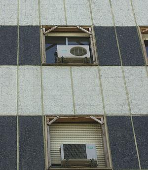 Aparatos de aire acondicionado en un edificio (Foto: Cati Cladera)