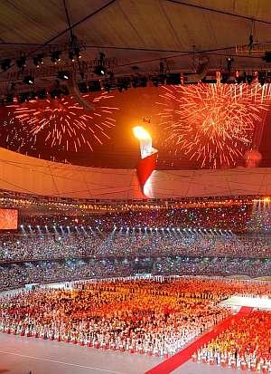 La llama olímpica luce bajo los fuegos artificiales que pusieron punto final a la ceremonia. (Foto: EFE)