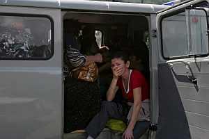 Varias personas huyen de la violencia desatada en la capital de Osetia del Sur. (Foto: EFE)