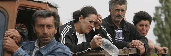 Georgianos abandonan la capital de Osetia del Sur. (Foto: David Mdzinarishvili/REUTERS)