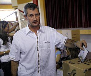 El líder de la oposición a Morales, Branco Marinkovic, vota en Santa Cruz. (Foto: AP)