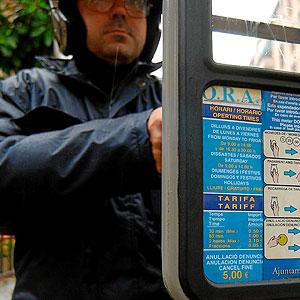 Un ususario extrayendo el ticket de la Ora tras haber estacionado su vehículo.