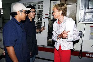 La vicepresidenta conversa con dos pandilleros en el polígono Don Bosco. (Foto: EFE)