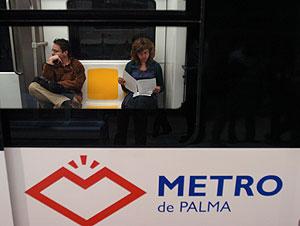 Dos pasajeros en el metro.