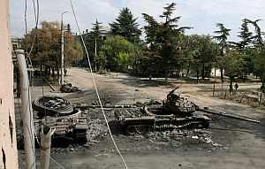 Tanques georgianos destruidos llenan las calles de Tsjinvali, la capital de Osetia del Sur, Georgia. (Foto: EFE)