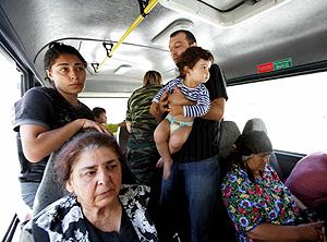Un grupo de refugiados durante su huida de Tiflis. (Foto: EFE)