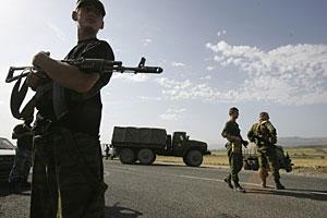 Tropas rusas en las afueras de la ciudad de Gori, en Georgia. (Foto: AP)