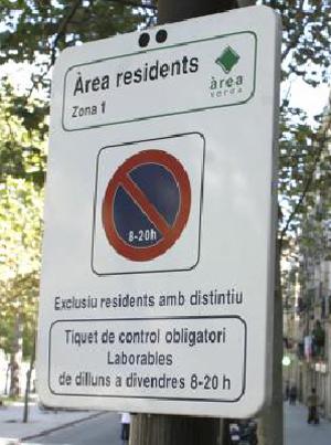 señal de aparacamiento restringido -en catalán- en una calle de Barcelona. (Foto: Santi Cogolludo)