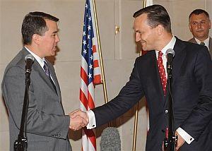 El ministro de Exteriores polaco (dcha.) y el negociador estadounidense. (Foto: AP)