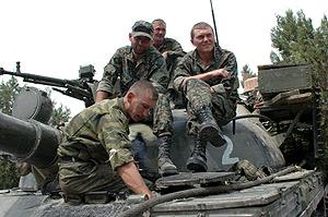 Soldados rusos sobre un tanque en una carretera cerca de Gori. (Foto: EFE)