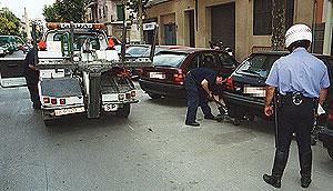 Una grúa se lleva un vehículo mal estacionado (Foto: Moisés López)