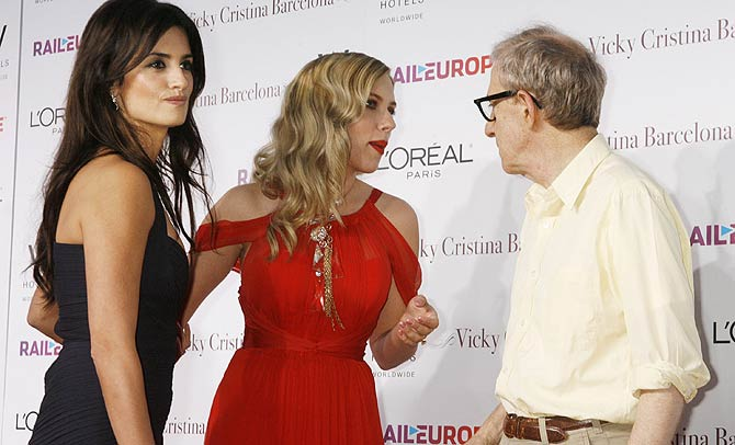 Penélope Cruz (izda.), con Scarlett Johansson y Woody Allen. (Foto: REUTERS)