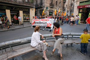 Los vecinos del barrio, que estos días celebra sus fiestas, se sorprendían al encontrarse con los manifestantes. (Foto: Santi Cogolludo)