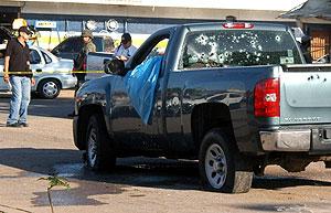 Una furgoneta acribillada a balazos en Sinaloa. (Foto: EFE)