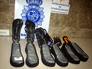 En una operación policial en Barajas, se descubrió concaína en la suela de unas chanclas. (Foto: EL MUNDO)