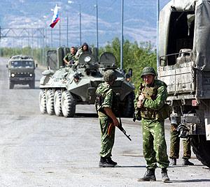 Torpas rusas todavía desplegadas a la entrada de Gori. (Foto: AFP)