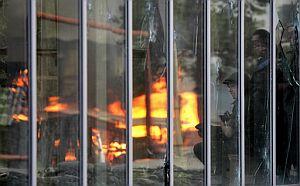 Soldados rusos, reflejados en la cristalera de un escaparate georgiano. (Foto: AFP)