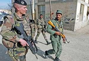 Dos soldados franceses patrullan una calle de Kabul junto a un policía afgano. (Foto: AFP)