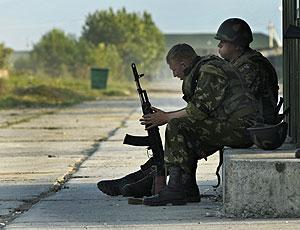 Soldados rusos esperan en una zona georgiana ocupada. (Foto: AP)