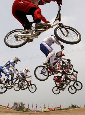 Un grupo de ciclistas de BMX en Pekín (Foto: REUTERS).