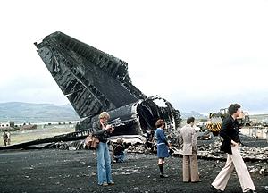 Varios informadores junto a los restos de uno de los dos aviones Boeing 747 siniestrados en Los Rodeos, en 1977. (Foto: EFE)