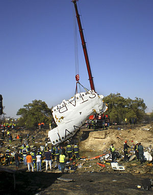 Bomberos y miembros de la Guardia Civil inspeccionan el lugar del accidente. (Foto: EFE)