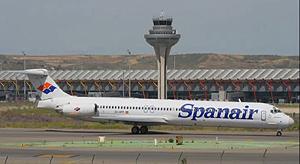 El avión accidentado, en el aeropuerto de Barajas. (Foto: EL MUNDO)