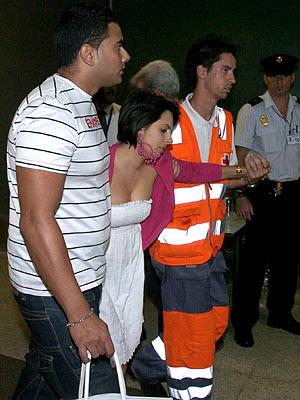 Familiares de los pasajeros del avión reciben atención del personal de la Cruz Roja. (Foto: EFE)