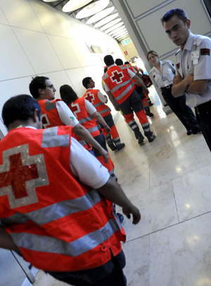 Miembros de la Cruz Roja en el aeropuerto de Madrid-Barajas. (Foto: EFE).