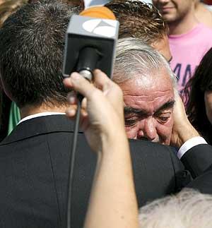 Zapatero consuela a uno de los familiares de las víctimas en el hospital de La Paz. (Foto: EFE)