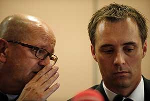 El presidente de SAS, Mat Jansson, susurra un comentario a Marcus Hedblom, director general de Spanair, durante la rueda de prensa celebrada ayer en Madrid. (Foto: AFP)