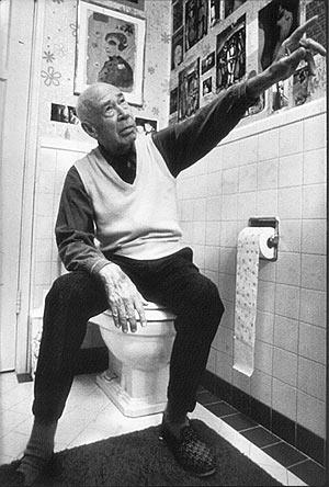 Henry Miller, sentado en el retrete de su cuarto de baño.