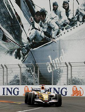 Fernando Alonso conduce su monoplaza durante el tercer entrenamiento en el asfalto del circuito urbano de Valencia. (Foto: EFE)