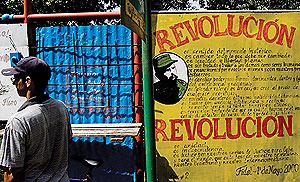 Un hombre junto a un cartel que recoge un discurso de Fidel Castro en La Habana. (Foto: EFE)