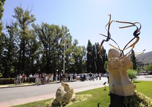 Imagen de las esculturas inspiradas en las obras de Machado y Bécquer expuestas en el entorno del río Duero a su paso por Soria. (Foto: Ical)