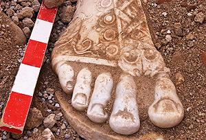 Detalle del pie de la escultura hallada. (SARP)
