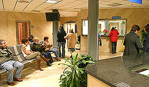 Algunos pacientes esperan su turno para ser atendidos. (Foto: Enrique Calvo)