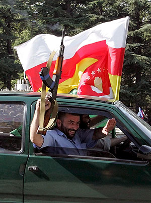 Varios osetios con la bandera de Osetia del Sur celebran el reconocimiento de Rusia. (Foto: EFE)