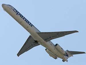 Un avión de Spanair tras despegar de Barajas. (Foto: AP)
