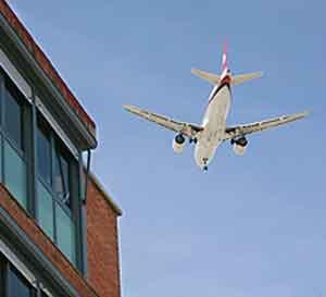Un avión sobrevuela un núcleo urbano a escasa altura (Foto: CARLOS ALBA).