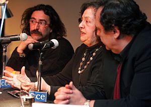 Los escritores Elder Silva (i), Sylvia Lago (c) y Rafael Courtoisie, durnte la presentación del libro. (Foto: EFE)