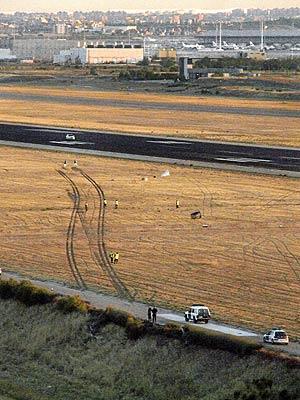 Esta es la 's' que dibujó el tren de aterrizaje del MD-82 en la franja de seguridad, según una foto de la Guardia Civil. (Foto: Telecinco)